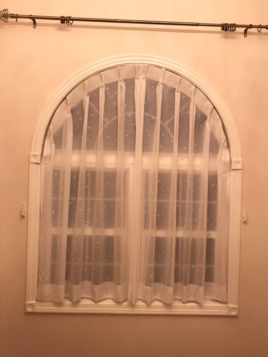 アーチ型窓のカーテン