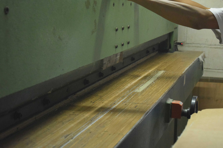 アジロ製作工程 機械によるサイズカット