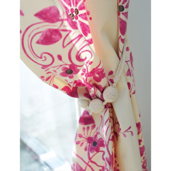 カーテンタッセル BC75 TOSO コットン(綿)素材のタッセル 鮮やかなピンク色のカーテンを束ねている様子