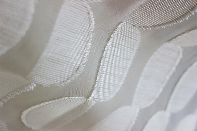 【オーダーカーテン】立体感のあるかわいい半円柄レースカーテン LO377 生地感
